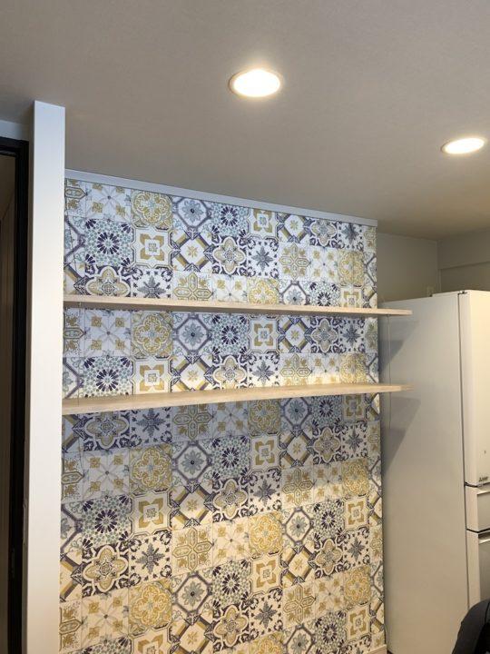 壁紙に合わせて、棚板のカラーもコーディネート。バランスを考えます。